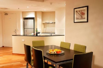 These Brisbane serviced apartments offer architecturally designed apartments that feature panoramic views of the tranquil Brisbane river, sub tropical Botanical Gardens and golden glow of Southbank. E
