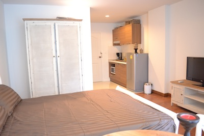 Surawong City Resort is brand new apartment in Silom area - Bangkok prime business district. Rooftop swimming pool, reception and security system with only allow it resident to access to a building Th